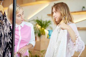 洋服を選ぶ女性たちの画像