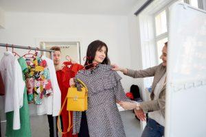洋服を選んでもらっている女性の画像