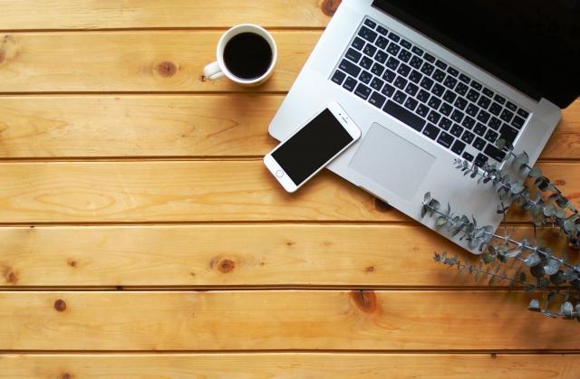 テーブルの上にあるノートパソコン