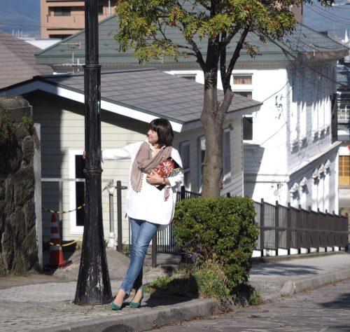 帯で作ったバッグを持つ女性の画像