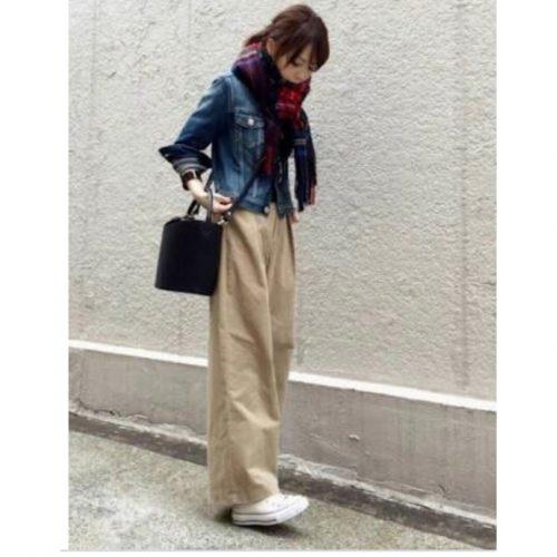 デニムジャケットを着ている女性の画像2
