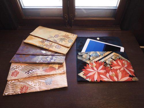 帯で作ったバッグを並べている画像