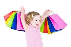 買い物袋を持ってバンザイする女の子の画像