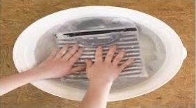 お洋服を手洗いしている画像