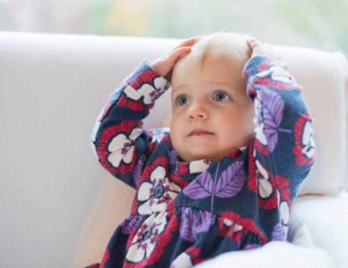 頭を抱える赤ちゃんの画像