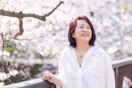 桜と映る女性の画像
