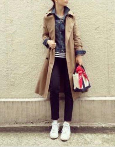 デニムジャケット&トレンチコートを着ている女性の画像女性の画像