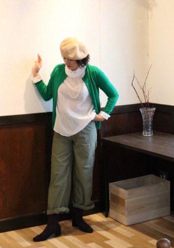 グリーンのお洋服を着ている女性の画像