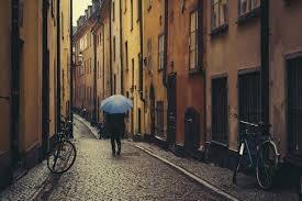 雨が降る外国の街の画像
