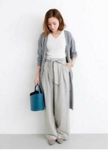 ワイドパンツ×ロングカーディガンを着る女性の画像