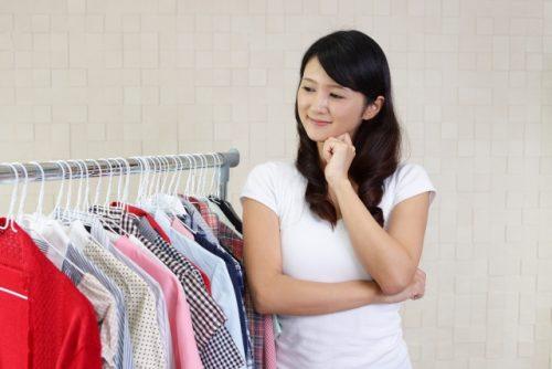 洋服を選ぶ女性の画像
