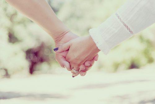 手を繋いでいる画像