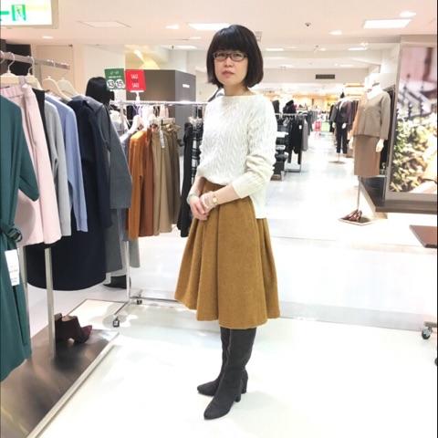 お洋服を試着する女性の画像