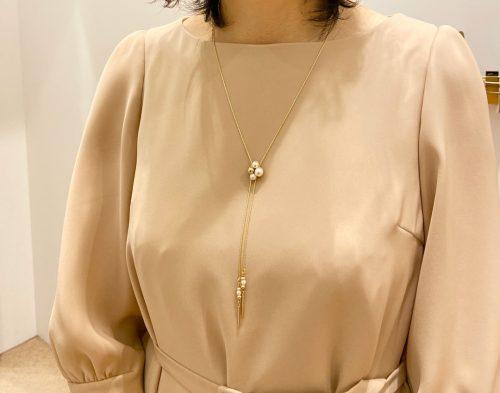 ネックレスをつけた女性の画像