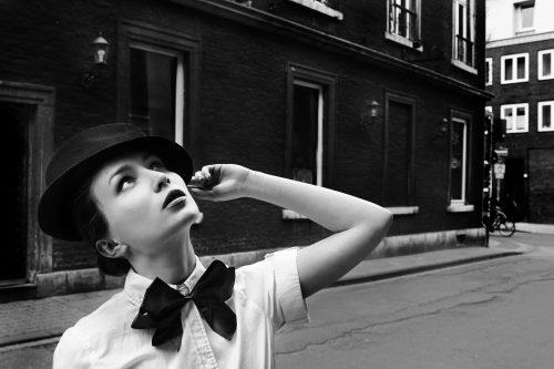 蝶ネクタイをする女性の画像