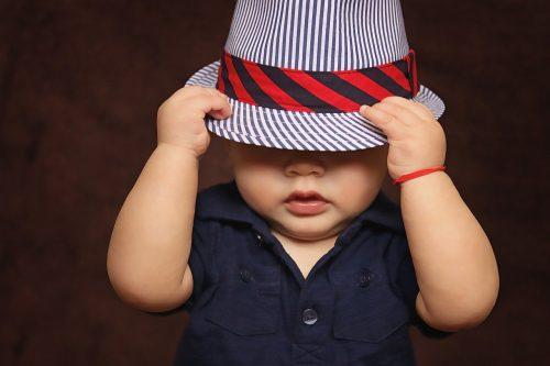 帽子を被った子供の画像