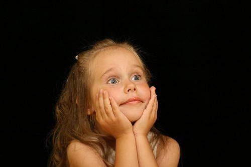 びっくり顔の子供の画像