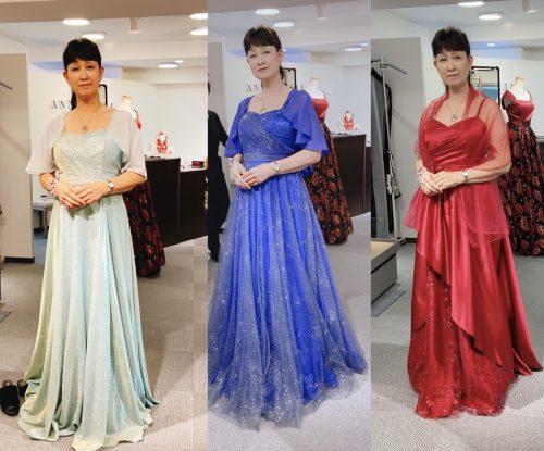 3着のドレスを試着する女性の画像