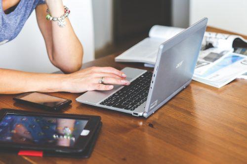 PCを操作する女性の画像