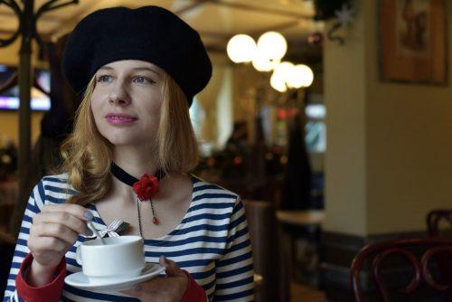 帽子を被っている女性の画像