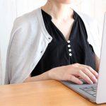 ニットを肩がけする女性の画像