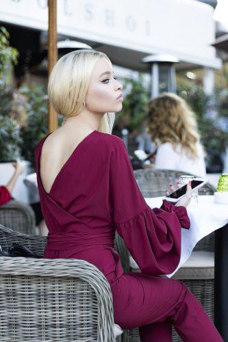 紫のドレスを着る女性の画像