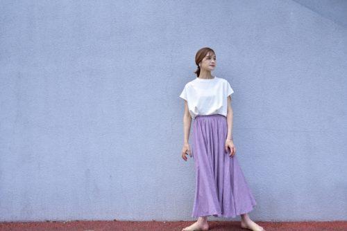 ラベンダーカラーのスカートを白女性の画像