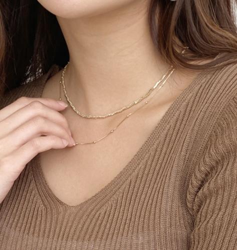 華奢なネックレス重ね付けの画像