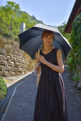 日傘、ワンピース姿の女性の画像