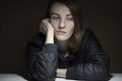 憂鬱な表情の女性の画像
